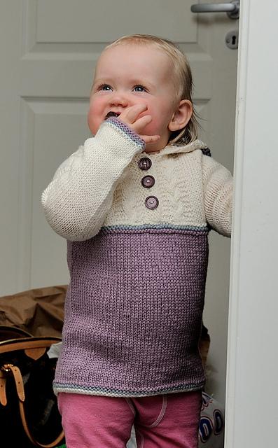 egendesignet genser med hette og fletter